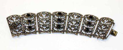 Silber Armband mit Reliefdekor und 9 Granaten, L 17 cm, 64 gr., Sicherheitskettchen fehlt