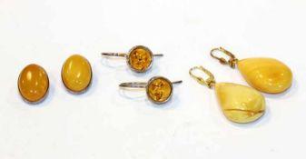 Konvolut von Bernstein Ohrschmuck: Paar Silber/vergoldete Ohrhänger in Tropfenform, L 4,5 cm, Paar