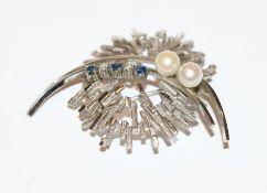 14 k Weißgold Brosche mit Safiren, Diamanten und Perlen, 12,5 gr., D 5 cm, ausgefallene Handarbeit