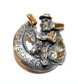 Partenkirchner Festzelt-Brosche, plastischer Engel mit Maßkrug und Partenkirchner Wappendekor, 925