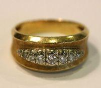 18 k Gelbgold Ring, fein mattiert, mit 7 in Weißgold gefaßten Diamanten, Gr. 55, 6,7 gr.