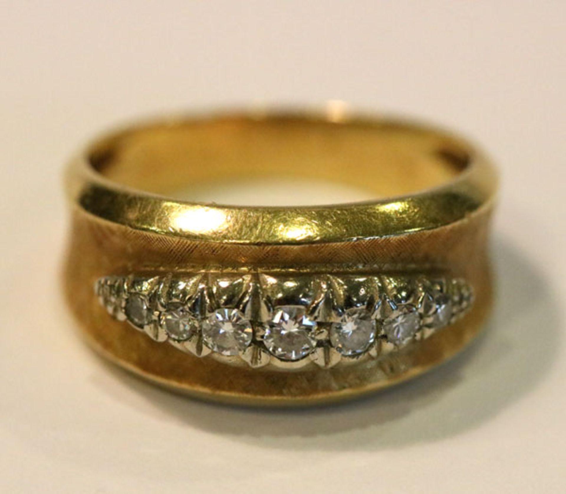 Los 28 - 18 k Gelbgold Ring, fein mattiert, mit 7 in Weißgold gefaßten Diamanten, Gr. 55, 6,7 gr.