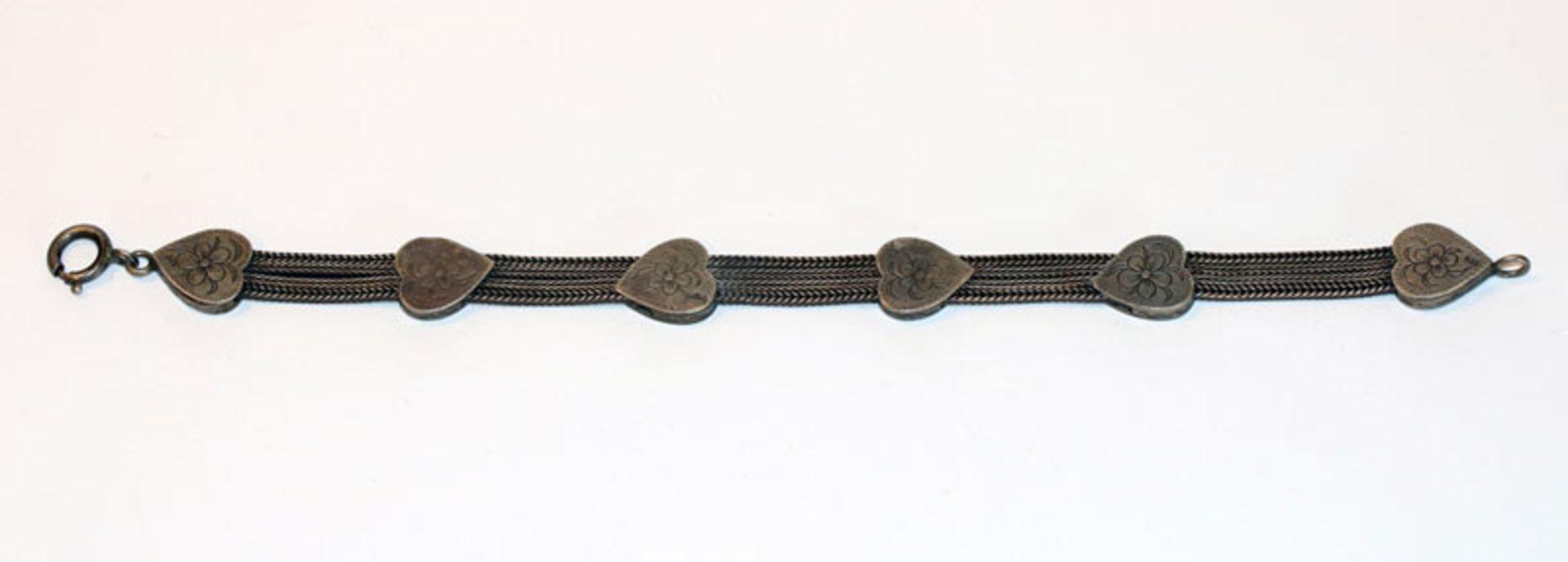 Los 60 - Silber Armband mit gravierten Herzen, um 1900, L 18 cm, Tragespuren