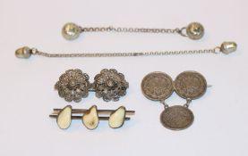 Silber-Konvolut: Brosche aus 3 x 1/2 Mark Münzen, Brosche mit 3 Grandeln, B 5 cm, und 2