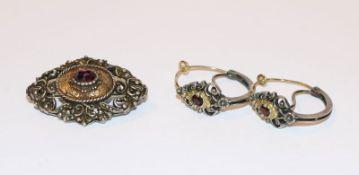 Paar Silber Trachten-Creolen, teils vergoldet mit Granat, D 2 cm, und passende Brosche, B 3,5 cm