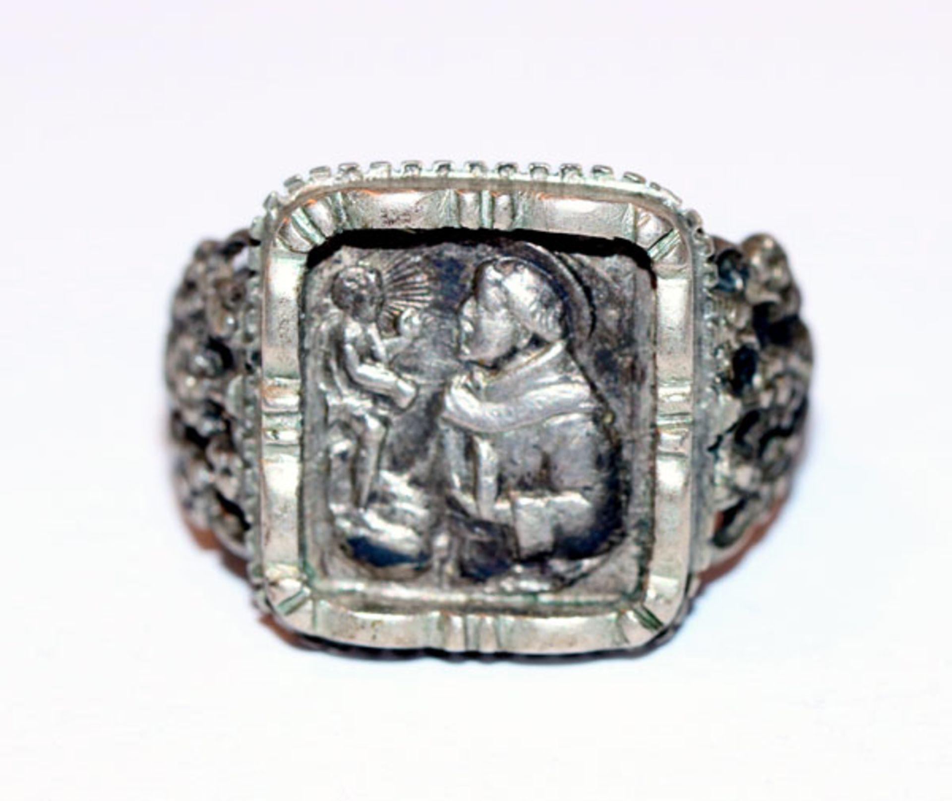 Los 4 - Antoni-Ring mit reliefiertem Dekor, 800 Silber, Gr. 61, Tragespuren