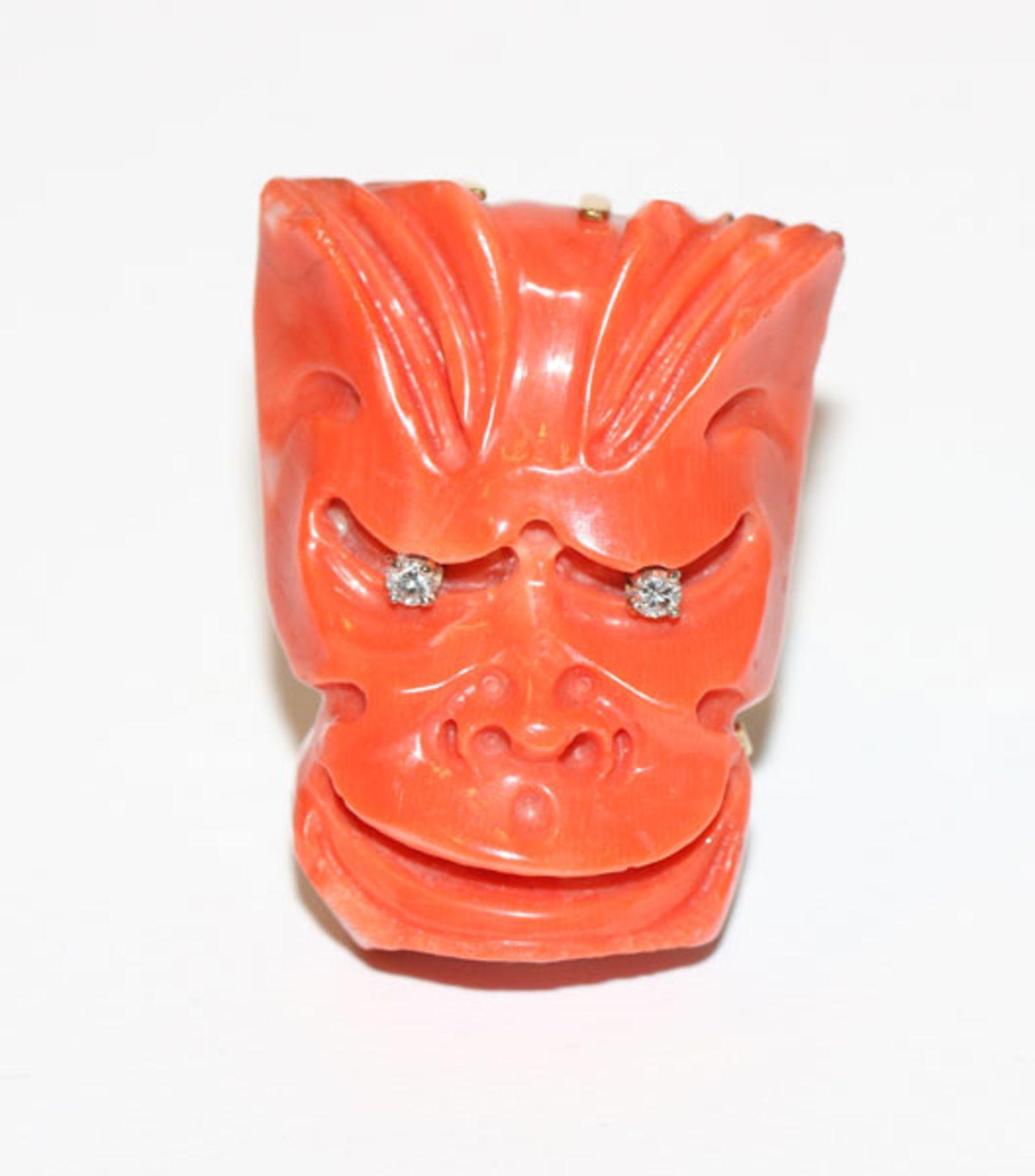 Los 35 - Ausgefallener 18 k Gelbgold Ring mit geschnitzter Koralle in Gesichtsform, Augen mit 2 Diamanten