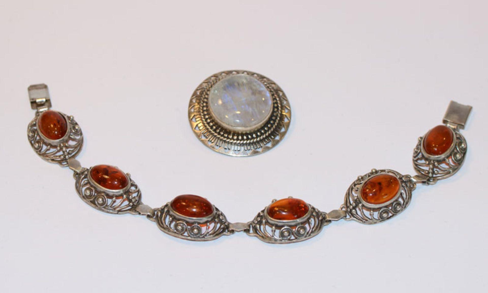 Los 43 - Silber Brosche mit Regenbogen Mondstein, D 3,5 cm, und Silber Armband mit Bernstein, L 19 cm