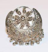 Silber (geprüfter) Tuchring, aufklappbar, mit reliefiertem Dekor, H 4,5 cm, B 3,5 cm