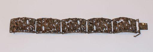Silber Armband mit floralem Reliefdekor, L 18 cm, B 2,5 cm, 40 gr.