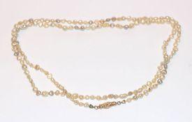 Süßwasser Perlenkette mit 18 k Gelbgold Verschluß in Form von 2 Händen, L 84 cm, Tragespuren