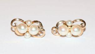 14 k Gelbgold Ohrringe mit Schraubverschluß und je 4 Perlen besetzt, 4,6 gr., L 2,3 cm