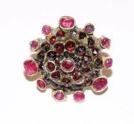 14 k Gelbgold (geprüft), Mittelteil mit Silber/Doublé ? Designer Ring mit Rubinen und Granaten,