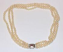 Perlencollier, 3-reihig mit 18 k Weißgold Schließe mit rotem Farbstein, L 48 cm