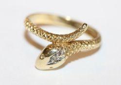 8 k Gelbgold Ring in Schlangenform mit einem in Weißgold gefaßten Diamanten, Ringschiene teils