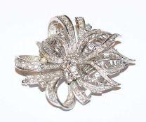 18 k Weißgold Brosche in Blütenform mit Diamanten besetzt, zus. ca. 1 ct., feine, klassische