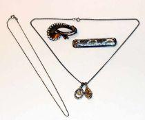 Silber Schmuck-Konvolut: 2 Broschen, 2 Ketten und 2 Anhänger