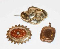Konvolut, Doublé/vergoldet, Brosche mit Reliefdekor, B 4 cm, Brosche mit Goldfluß, B 3,5 cm, und