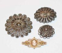 Silber Konvolut: 3 filigrane Broschen, D 2,5/4,5 cm, und silber/vergoldete Brosche mit kleiner Gemme