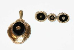 Doublé Brosche, B 4,2 cm, und Anhänger, L 4 cm, beides mit schwarzem Dekor, Tragespuren