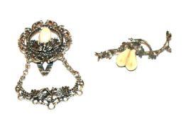 Silber Brosche mit plastischem Eichenlaub und Grandelpaar, B 5 cm, und Silber Rockstecker mit
