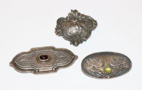 3 Silber Broschen in verschiedenen Dekoren, B 3,5/5,5 cm