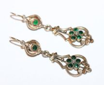 Paar Doublé Trachten-Ohrhänger mit grünen Farbsteinen, um 1900, L 4 cm
