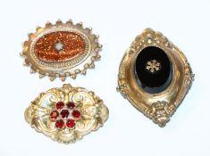 3 Modeschmuck-Trachtenbroschen mit Farbsteinen, teils mit Tragespuren