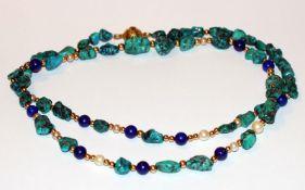 Farbsteinkette, Türkis, Lapislazuli, Perlen und 14 k Gelbgold Zwischenkugeln und Schließe, L 90 cm