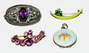 3 diverse Broschen und ein Medaillon-Anhänger mit Emaildekor, teils Silber