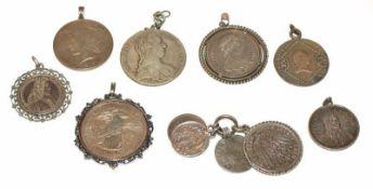 Konvolut von 11 Silbermünzen, gehenkelt/gefaßt, zus. 200 gr.