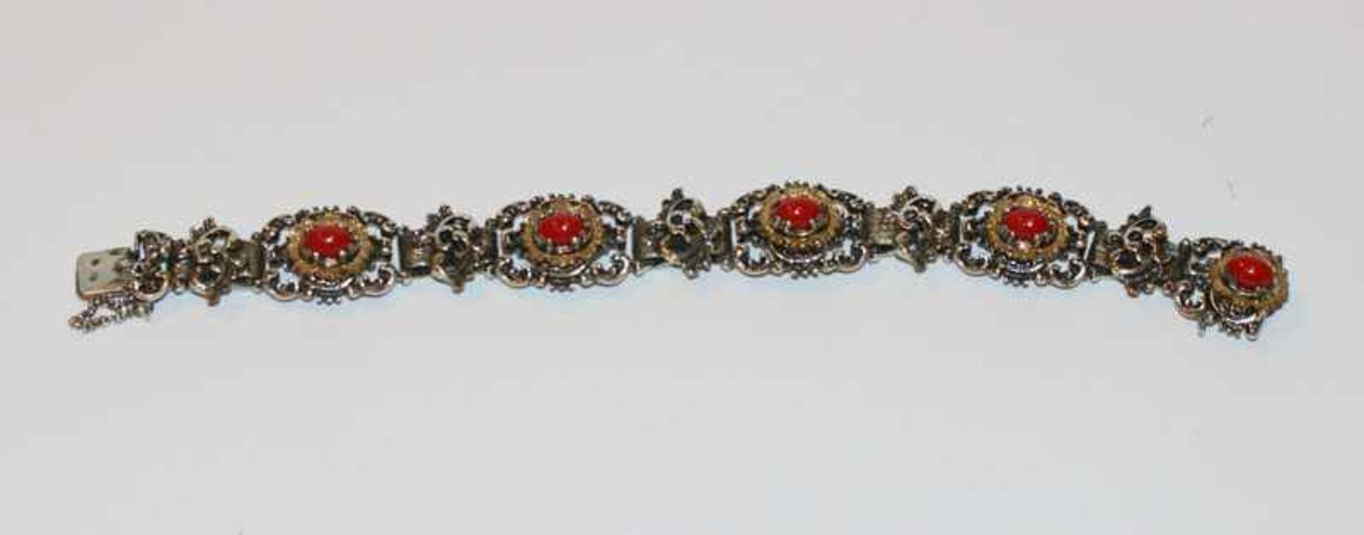 Los 57 - Silber Trachten Armband, teils vergoldet mit 5 Korallen ?, L 18 cm