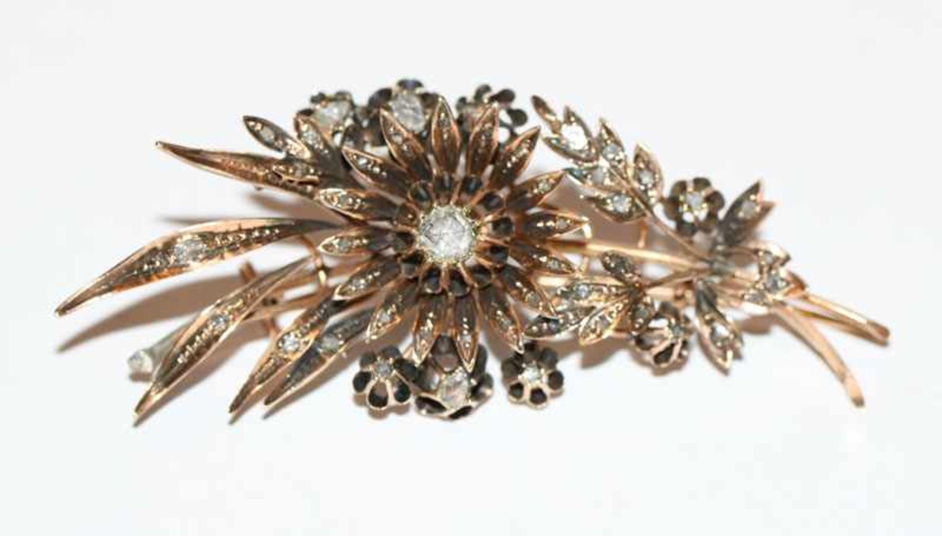 Dekorative 14 k Gelbgold Brosche mit ca. 1 ct. Diamanten in Blütenform,, B 7,5 cm, sehr schöne