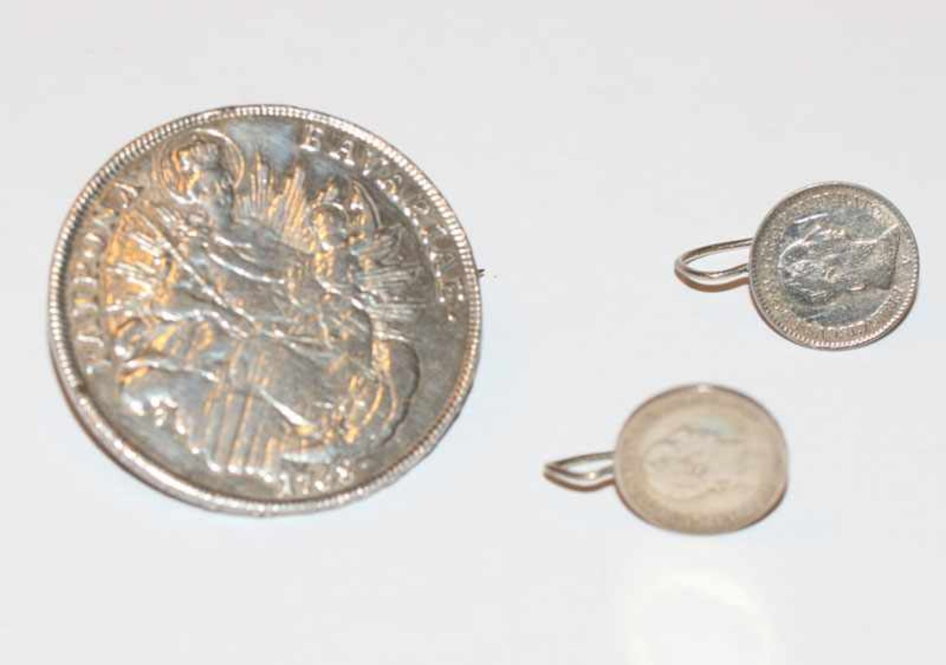 Silber Münzbrosche 'Patrona Bavarie' und Paar Münz Ohrhänger