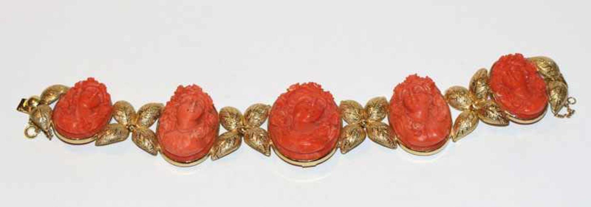 Dekoratives 18 k Gelbgold Armband in Form von plastischen Blättern, fein graviert, und mit 5 fein