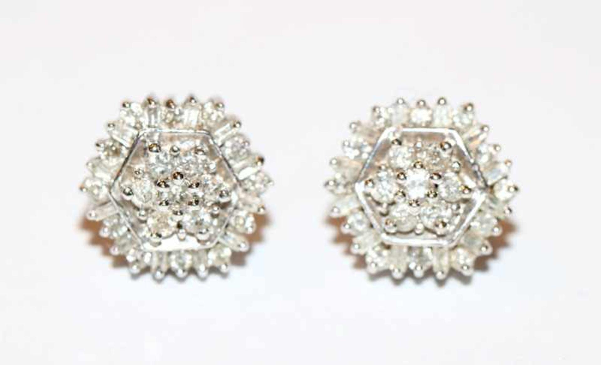 Los 13 - Paar 14 k Weißgold Ohrstecker mit je ca. 30 Diamanten, klassische Handarbeit