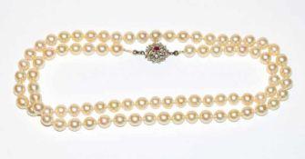 Perlenkette mit 14 k (geprüft) Weißgoldschließe mit Rubin, L 66 cm