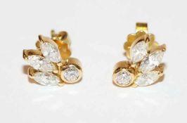 Paar 18 k Gelbgold Ohrstecker, je mit 3 Diamanten im Navetteschliff und 1 Diamant im