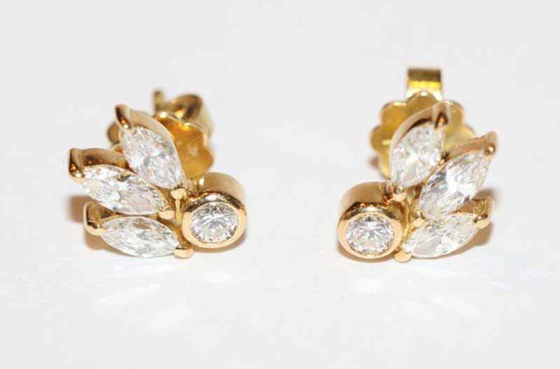 Los 12 - Paar 18 k Gelbgold Ohrstecker, je mit 3 Diamanten im Navetteschliff und 1 Diamant im