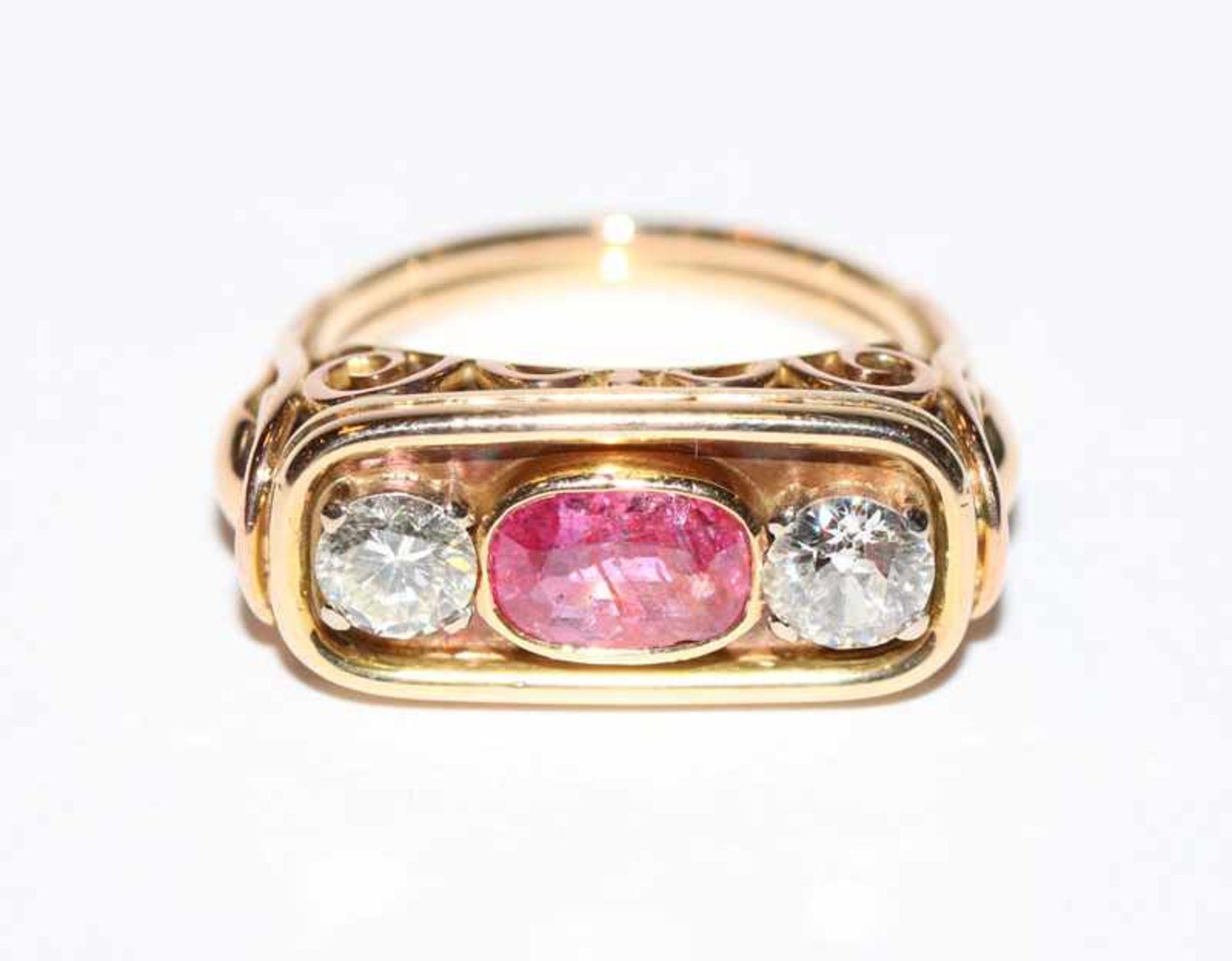 14 k Gelbgold Ring mit Rubin, 1,2 ct., und 2 Altschliff-Diamanten, Wess/VS, 1,22 ct., klassische