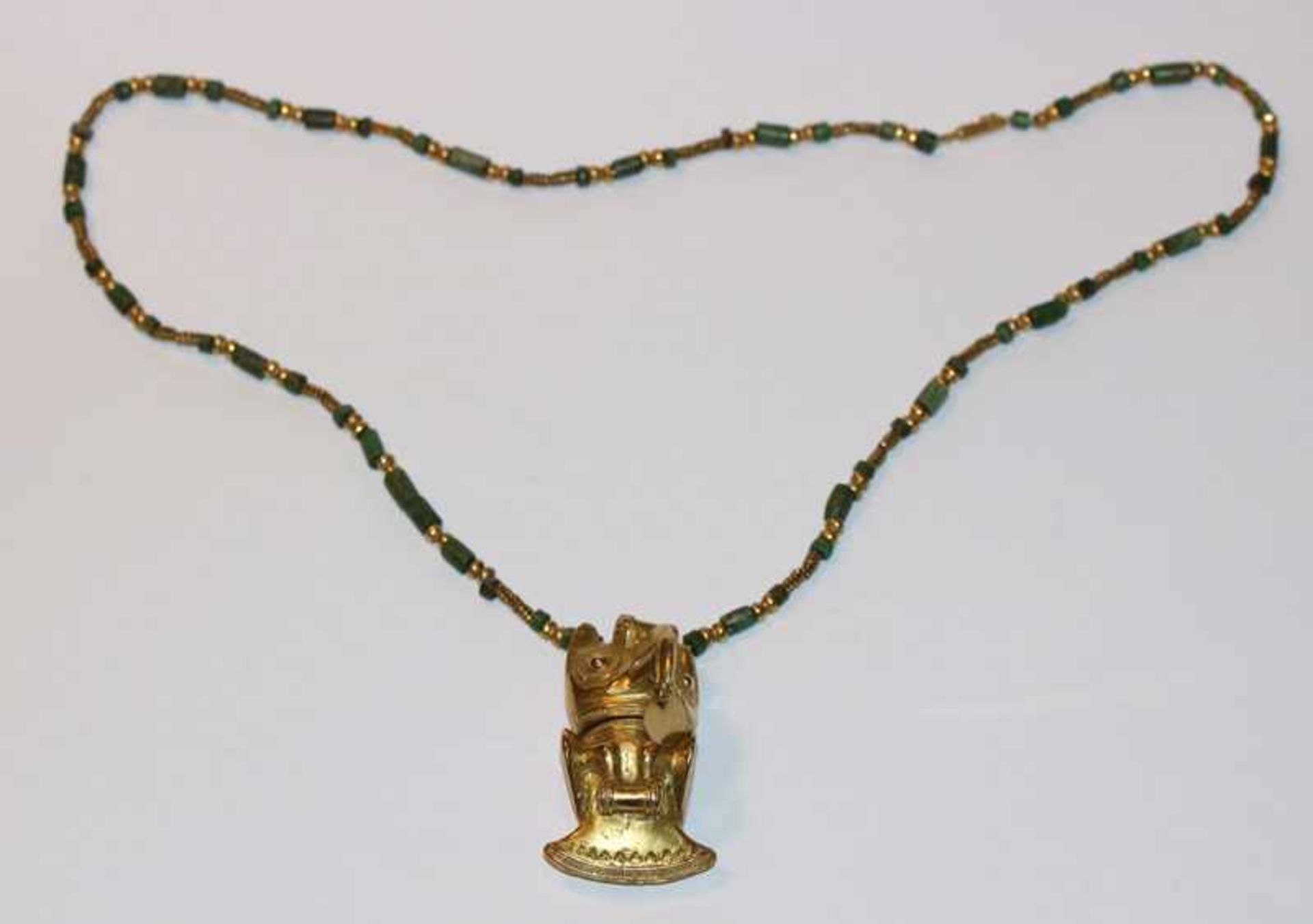 18 k Gelbgold Kultobjekt Uhu, Replik, Tairuna, Kolumbien, an grüner Steinkette mit Gold-
