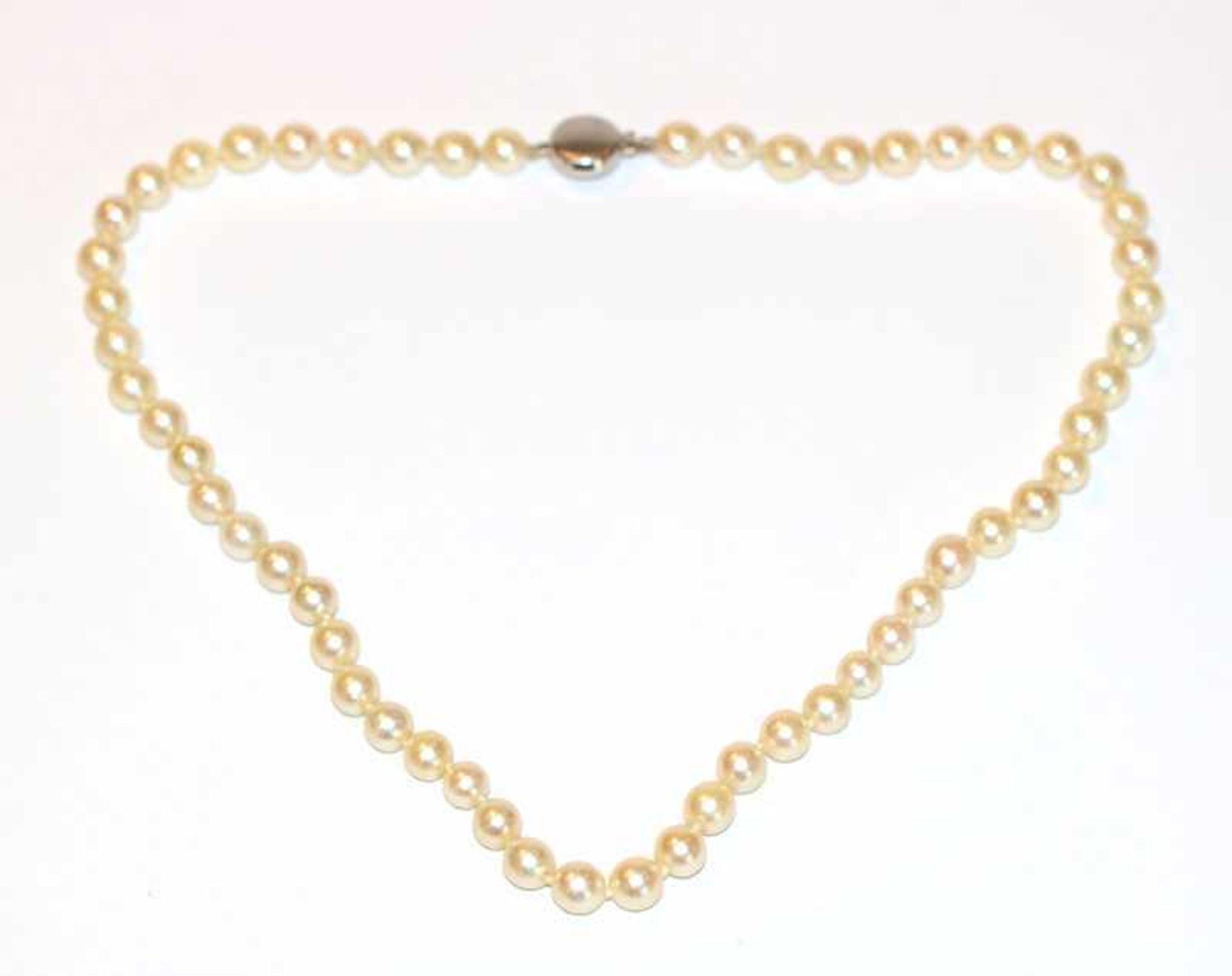 Perlenkette mit mattierter 14 k Weißgold Schließe, L 38 cm