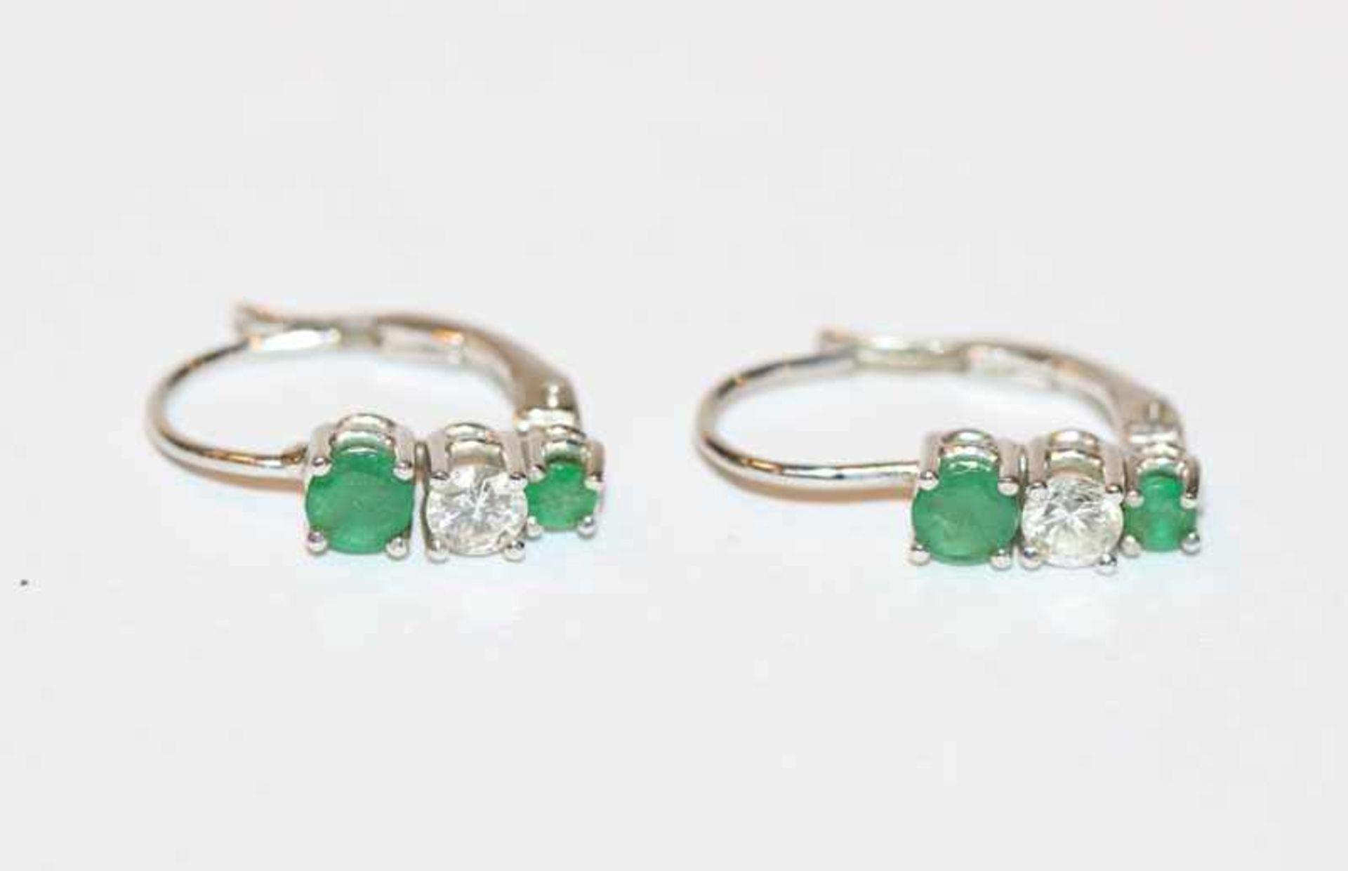 Los 11 - Paar 14 k Weißgold Ohrhänger mit je 2 Smaragden und einem Diamant, L 1,5 cm, klassische Handarbeit