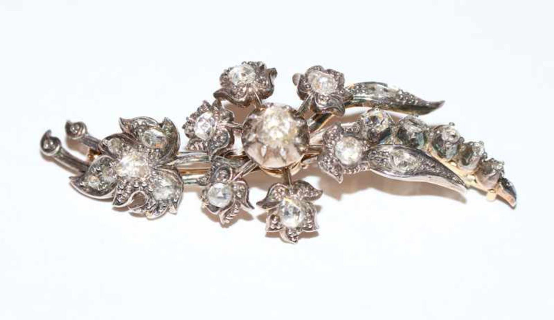 Dekorative 14 k Gelbgold/Silber Brosche in Blumenform mit Rosendiamanten, zus. 1,4 ct. um 1900, B