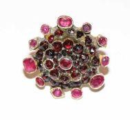 14 k Gelbgold (geprüft), Mittelteil mit Silber/Doublé ? Designer Ring mit Rubinen und Granaten, 15