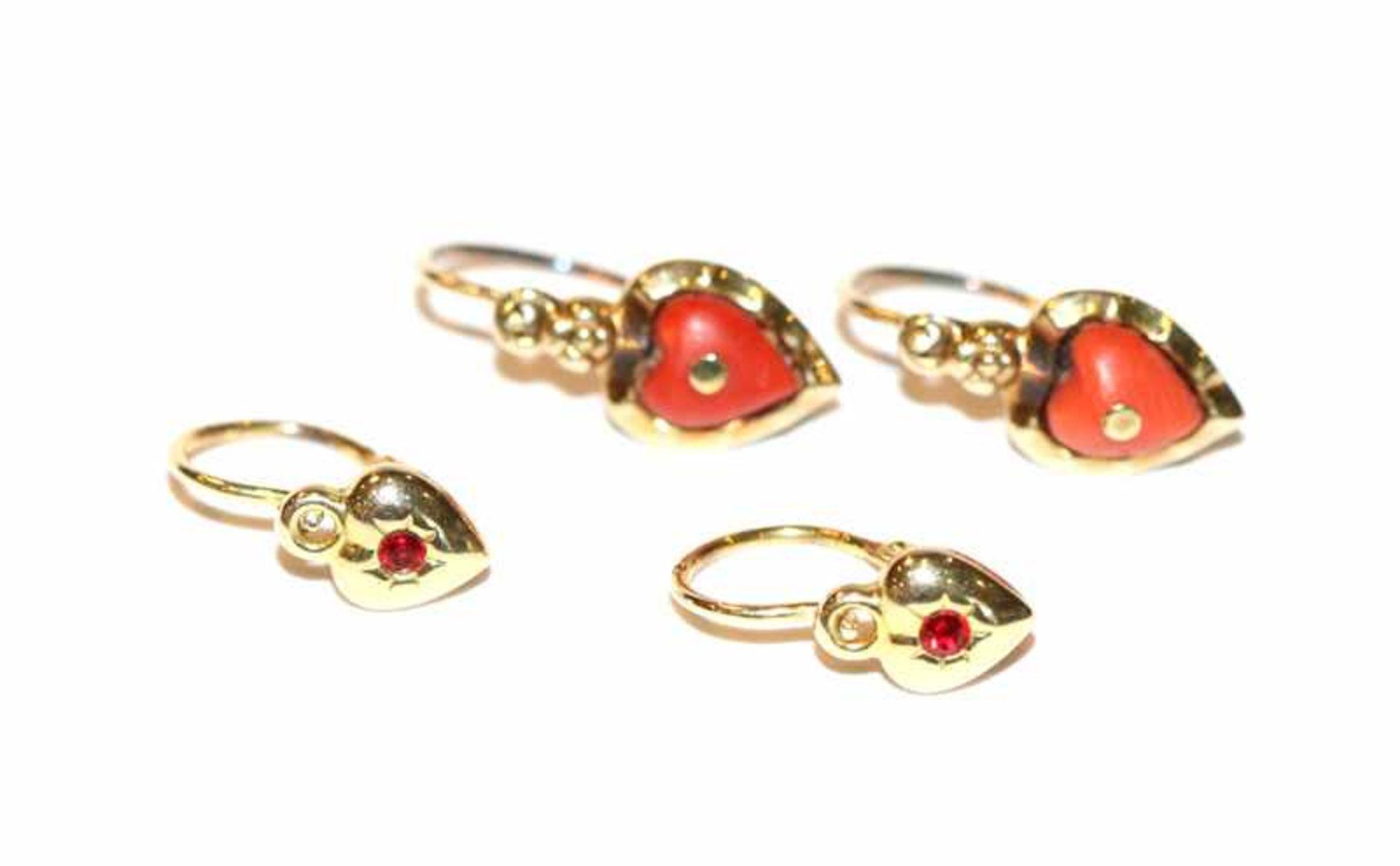Los 34 - Paar 14 k Gelbgold Kinder-Ohrhänger mit rotem Farbstein und Paar 8 k Kinder-Ohrhänger mit Koralle,