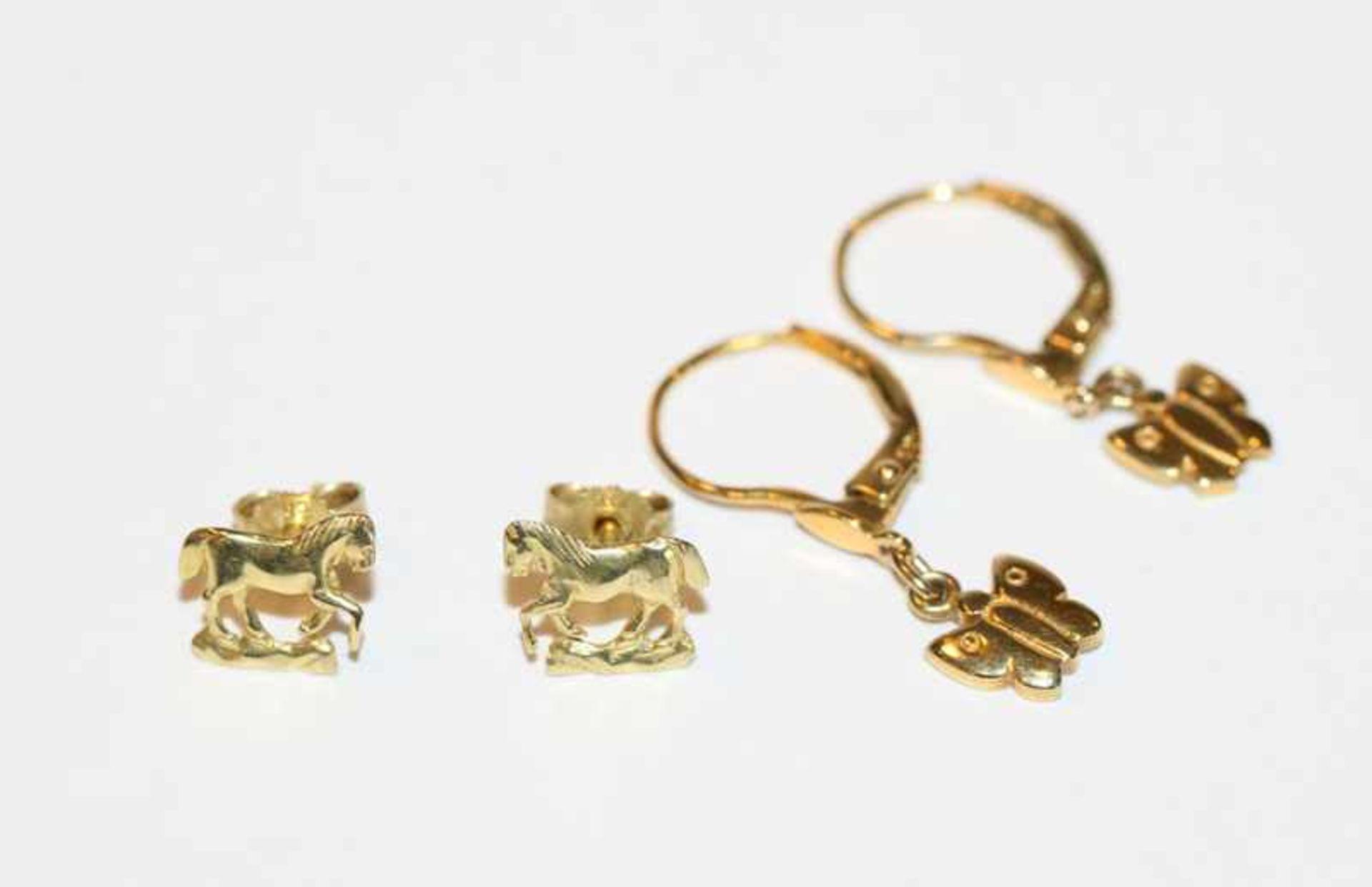 Los 29 - Paar 8 k Gelbgold Kinder-Ohrstecker 'Pferd' und Paar 8 k Gelbgold Kinder-Ohrhänger 'Schmetterling'