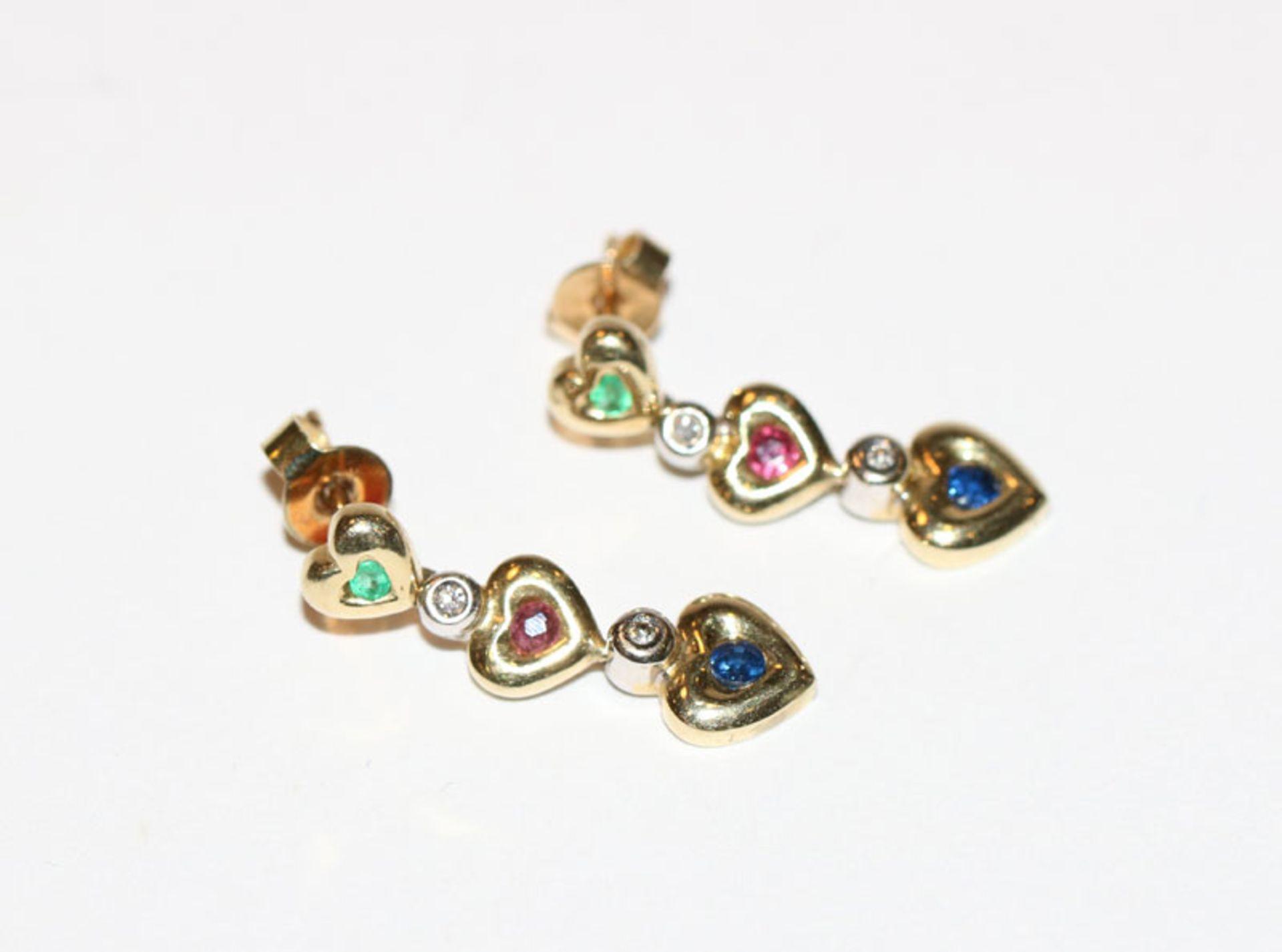 Paar 14 k Gelbgold Ohrstecker in Herzform mit Diamant, Rubin, Smaragd und Safir, L 2,2 cm