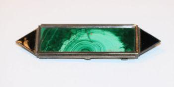 Sterlingsilber Brosche im Art Deco Stil mit Malachit und schwarzem Email, B 9 cm, Tragespuren