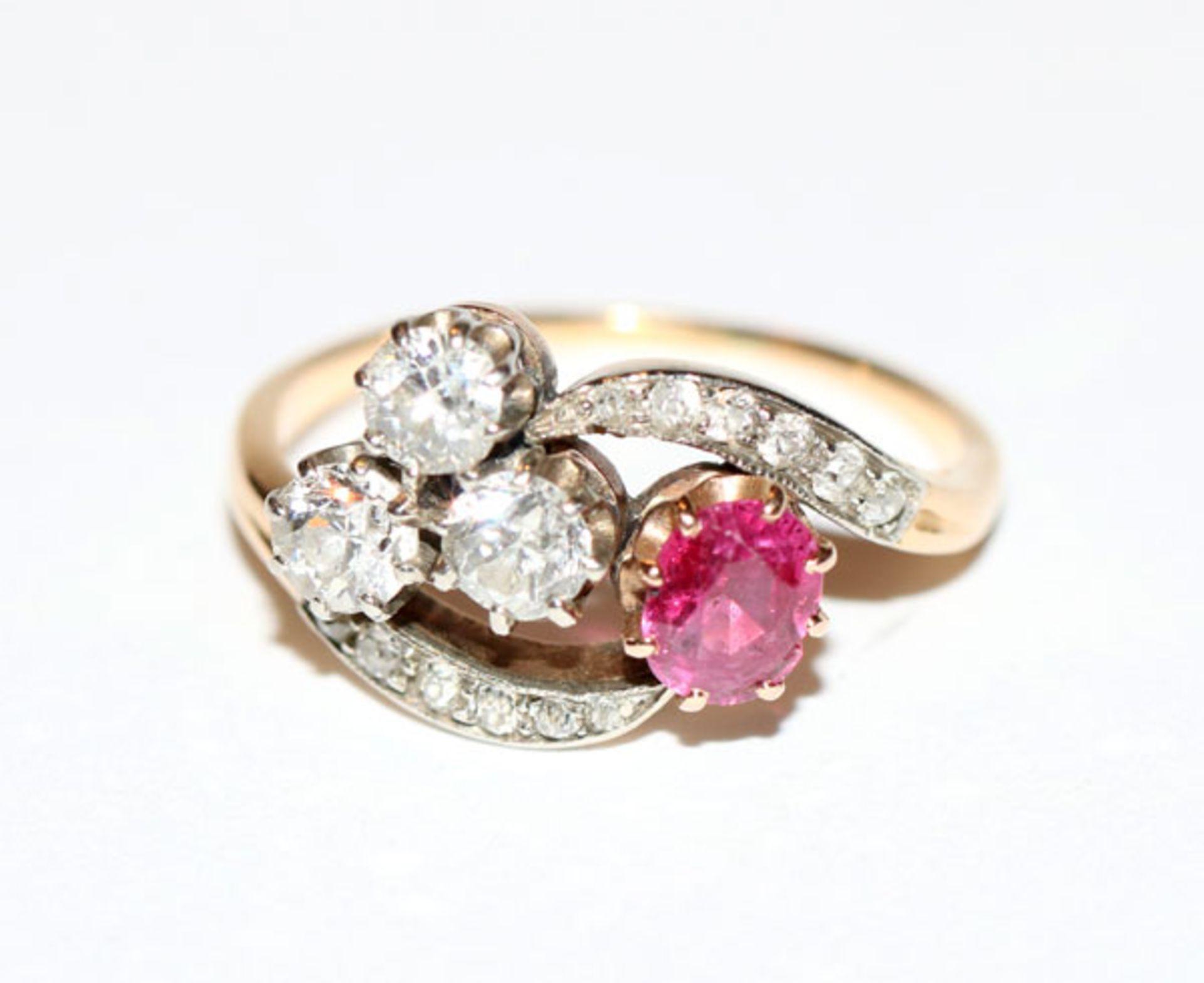 18 k Gelbgold (geprüft) Ring mit 15 Diamanten, zus. ca. 0,70 ct., und ein Rubin, Gr. 58,